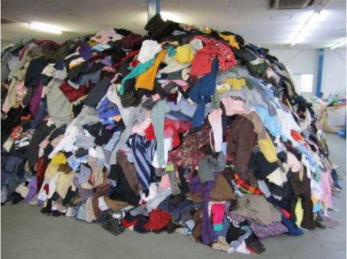 f366c184300 Descrição da(s) Mercadoria(s) . 300 peças de roupas ...